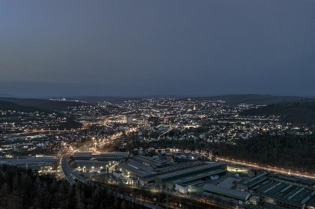 Wysoki Kąt Strzału Z Pięknego Miasta Otoczonego Wzgórzami Pod Nocnym Niebem Darmowe Zdjęcia