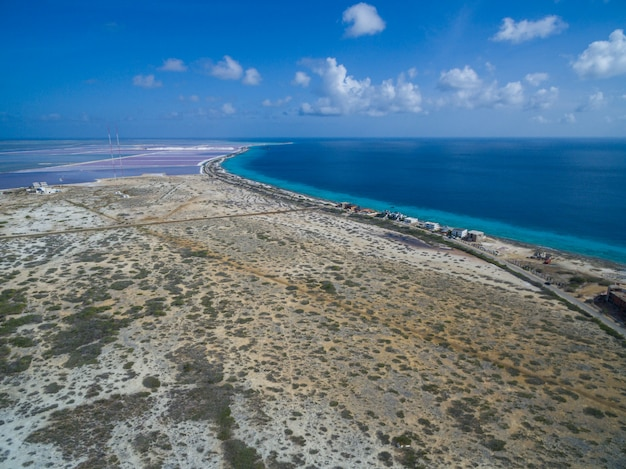 Wysoki Kąt Strzału Z Tropikalnej Plaży W Bonaire Na Karaibach Darmowe Zdjęcia