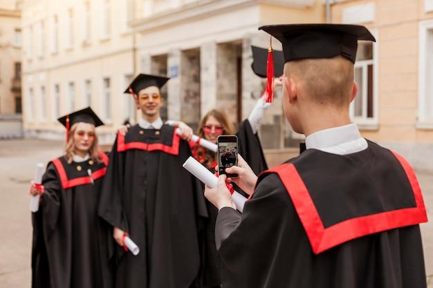Wysoki Kąt Szczęśliwych Studentów Robienia Zdjęć Darmowe Zdjęcia