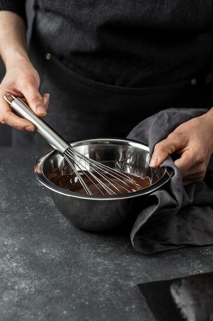 Wysoki Kąt Szefa Kuchni Przygotowuje Ciasto Czekoladowe Darmowe Zdjęcia