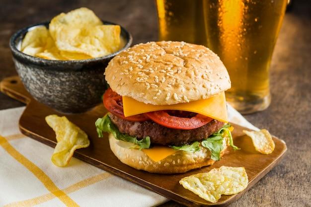 Wysoki Kąt Szklanki Piwa Z Cheeseburgerem I Chipsami Ziemniaczanymi Darmowe Zdjęcia