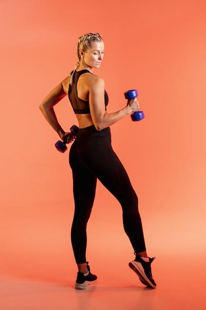 Wysoki Kąt Treningu Młodych Kobiet Z Ciężarami Darmowe Zdjęcia