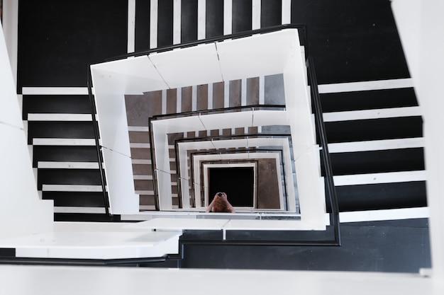 Wysoki Kąt Ujęcia Spiralnych Schodów I Kobiety Robienia Zdjęcia W Ciągu Dnia Darmowe Zdjęcia