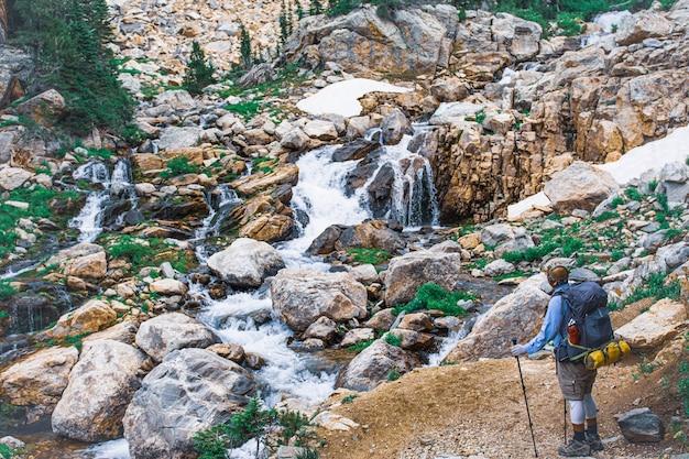 Wysoki Kąt Ujęcia Turysty Podziwiającego Mały Strumyk Na Kamieniach Darmowe Zdjęcia