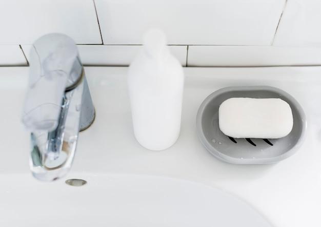 Wysoki Kąt Umywalki łazienkowej Z Mydłem Darmowe Zdjęcia