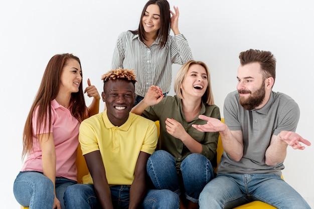 Wysoki kąt uśmiechniętych przyjaciół na kanapie Darmowe Zdjęcia