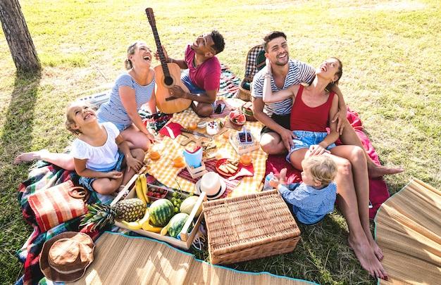 Wysoki Kąt Widok Z Góry Szczęśliwych Rodzin Zabawy Z Dziećmi W Pic Nic Grill Party Premium Zdjęcia