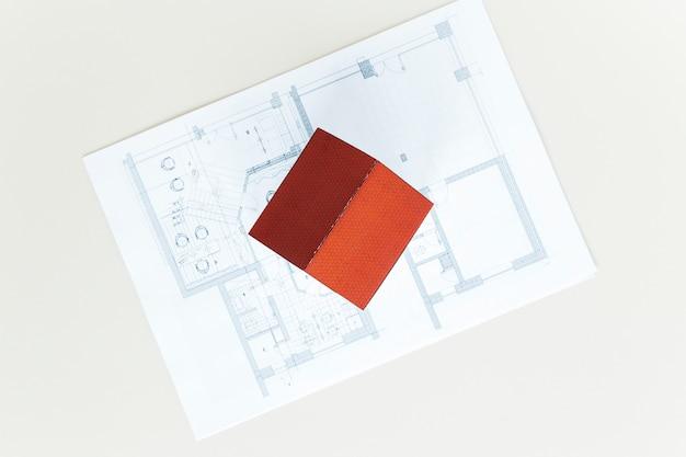 Wysoki kąt widzenia modelu czerwony dach domu na plan nad białym stole Darmowe Zdjęcia