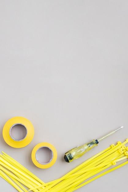 Wysoki Kąt Widzenia żółtej Taśmy I Nylonowego Zamka Błyskawicznego Z Wkrętakami Do Testerów Elektrycznych Darmowe Zdjęcia