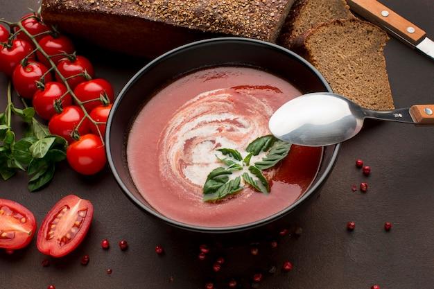 Wysoki Kąt Zimowej Zupy Pomidorowej W Misce Z Tostami I łyżką Darmowe Zdjęcia