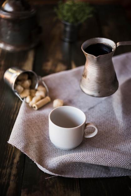 Wysoki widok filiżankę kawy i czajnik Darmowe Zdjęcia