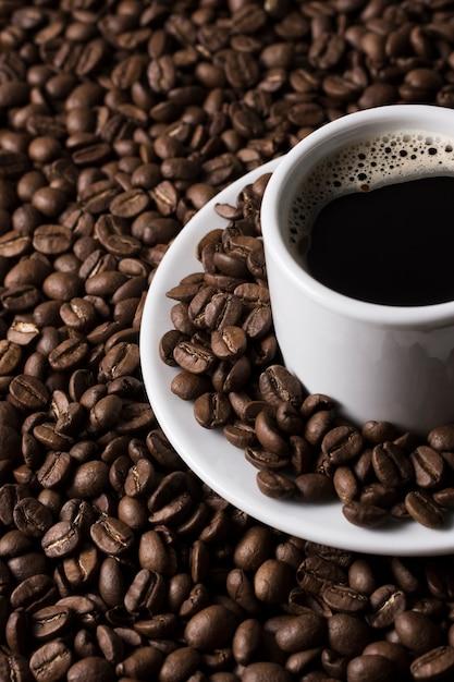 Wysoki Widok Filiżankę Kawy I Ziarna Kawy Darmowe Zdjęcia