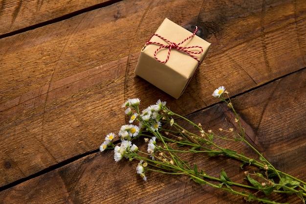 Wysoki widok ładny prezent i kwiaty Darmowe Zdjęcia