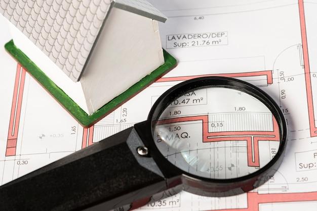 Wysoki widok planów nieruchomości z lupą Darmowe Zdjęcia