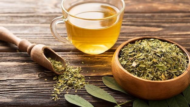 Wysoki Widok Zielonych Liści I Filiżankę Herbaty Darmowe Zdjęcia