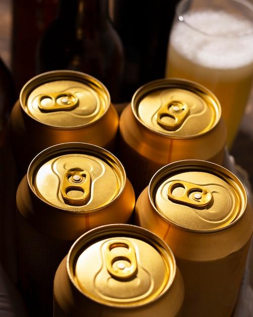 Wysokie kąty puszek piwa orzeźwiającego Darmowe Zdjęcia