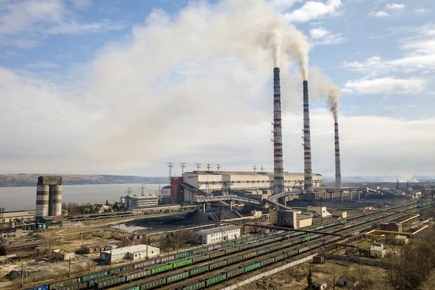 Wysokie rury elektrowni z dymem Premium Zdjęcia