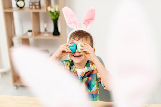 Wysokiego Kąta Chłopiec Bawić Się Z Jajkami Darmowe Zdjęcia