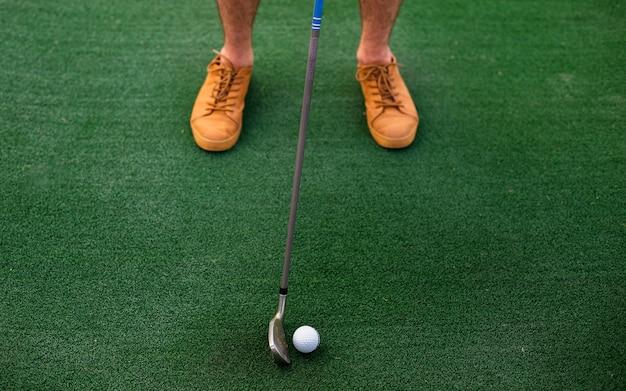 Wysokiego kąta gracz uderza piłkę golfową Darmowe Zdjęcia