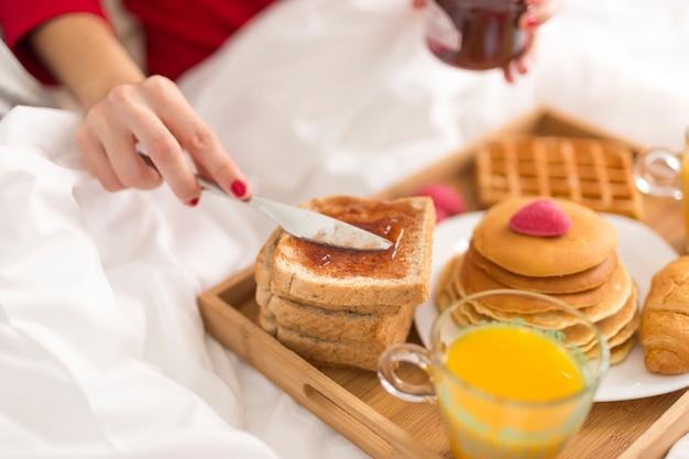 Wysokiego Kąta Kobieta Je śniadanie W łóżku Darmowe Zdjęcia