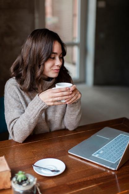 Wysokiego kąta kobieta pracuje na laptopie Darmowe Zdjęcia