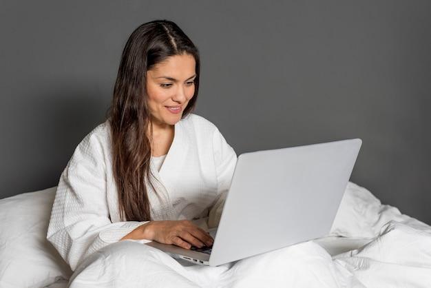 Wysokiego Kąta Kobieta W łóżku Z Laptopem Darmowe Zdjęcia