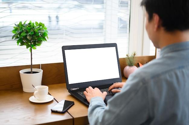 Wysokiego Kąta Mężczyzna Pracuje Na Laptopie Darmowe Zdjęcia