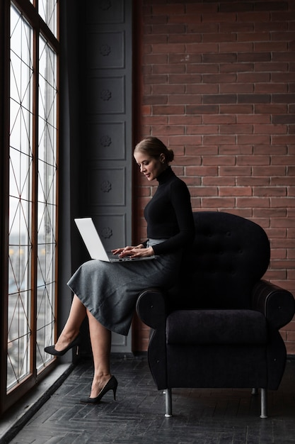 Wysokiego Kąta Młoda Kobieta Pracuje Na Laptopie Darmowe Zdjęcia
