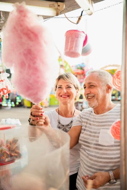 Wysokiego kąta para kupuje różową bawełnianą cukierek Darmowe Zdjęcia