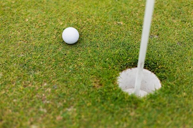 Wysokiego kąta piłka golfowa na polu Darmowe Zdjęcia