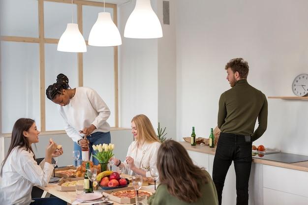 Wysokiego Kąta Przyjaciele Ma Lunch W Domu Darmowe Zdjęcia