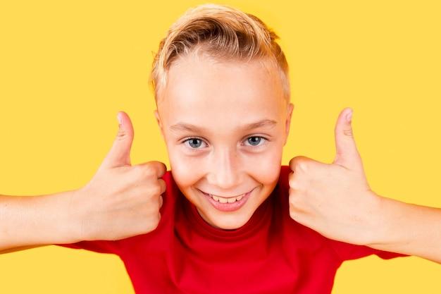 Wysokiego kąta śliczna chłopiec pokazuje ok znaka obiema rękami Darmowe Zdjęcia