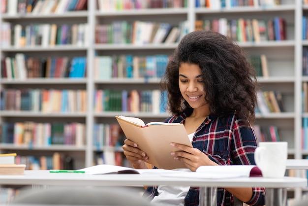 Wysokiego Kąta Smiley Nastoletnia Dziewczyna Przy Biblioteką Darmowe Zdjęcia