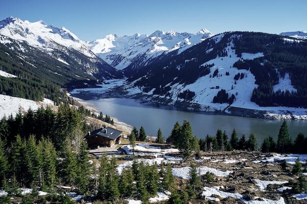 Wysokiego Kąta Strzał Góry I Rzeka Z Odosobnionym Domem W Lesie Na Brzeg Darmowe Zdjęcia
