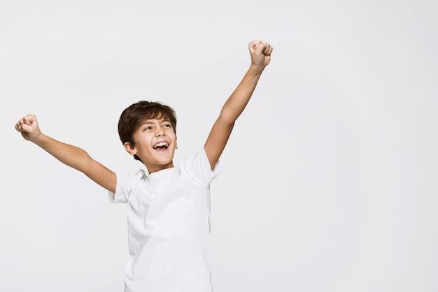 Wysokiego Kąta Szczęśliwa Chłopiec Z Kopii Przestrzenią Darmowe Zdjęcia