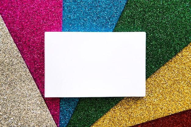 Wysokiego Kąta Widok Biały Kartonowy Papier Na Wielo- Barwionym Dywanie Darmowe Zdjęcia