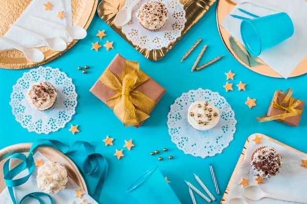 Wysokiego Kąta Widok Muffins Z Prezentami I świeczkami Na Błękitnym Tle Darmowe Zdjęcia