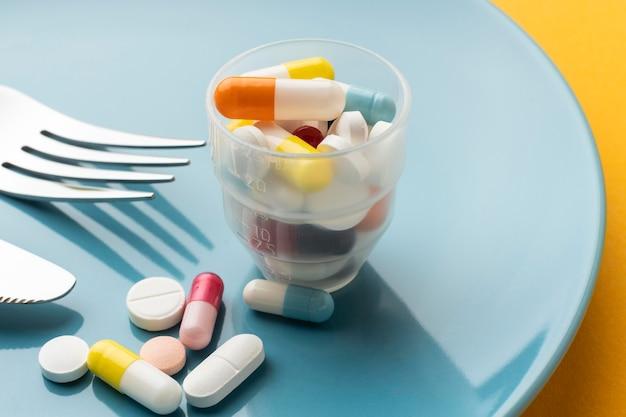 Wysoko Widoczne Szkło Wypełnione Tabletkami Darmowe Zdjęcia