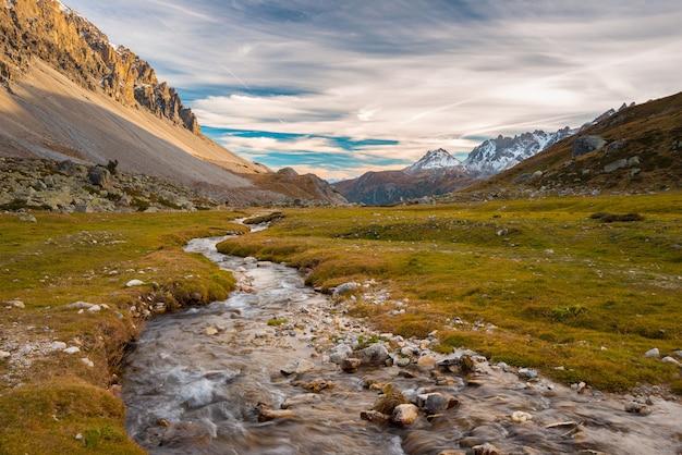 Wysokogórski potok alpejski w sezonie jesiennym Premium Zdjęcia