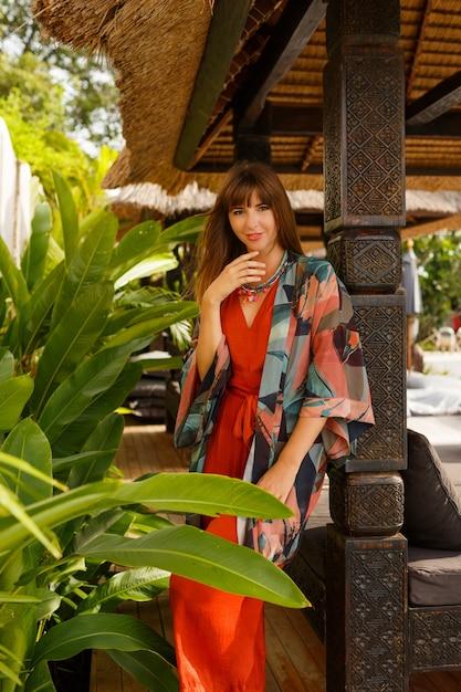 Wyspa Moda. Uwodzicielska Stylowa Kobieta W Cygański Letnie Ubrania Pozowanie W Tropikalnym Luksusowym Kurorcie. Koncepcja Wakacji. Darmowe Zdjęcia