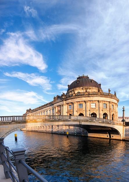 Wyspa muzeów w berlinie nad rzeką szprewą Premium Zdjęcia