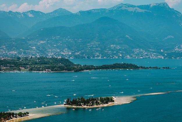 Wyspa Na Jeziorze Garda, Włochy, Słaba Widoczność, Premium Zdjęcia