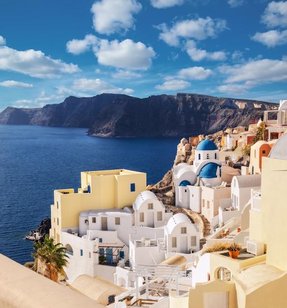 Wyspa Santorini W Grecji, Wioska Oia, Obraz Panoramiczny. Premium Zdjęcia