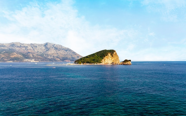 Wyspa st. nicholas w zatoce morza adriatyckiego w pobliżu miasta budva Darmowe Zdjęcia