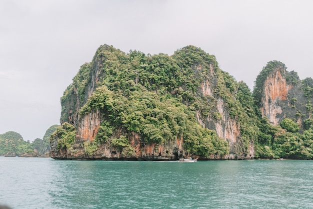 Wyspa Z Zielonymi Górami W Krabi Tajlandia I Morze Widokami Premium Zdjęcia