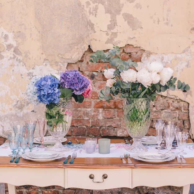 Wystrój i ustawienie stołu na posiłek lub wakacje. stołowe Premium Zdjęcia