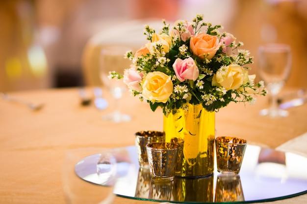 Wystrój Kwiaciarni W Wewnętrznym Stole ślubnym Premium Zdjęcia