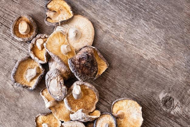 Wysuszone Shiitake Pieczarki Na Drewnianym Tle Darmowe Zdjęcia