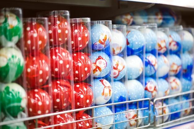 Wyświetlane są elementy dekoracyjne na święta dziękczynienia i okresy świąteczne w różnych wzorach i kolorach Premium Zdjęcia