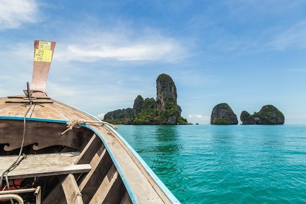 Wysyła Nosa Frontowego Widoku Długiego Ogonu łódź Przy Morzem W Railay, Krabi, Andaman Morze, Tajlandia Premium Zdjęcia